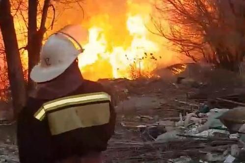 Искры летят: в Волгограде из-за пожара замкнуло провода электросети— видео