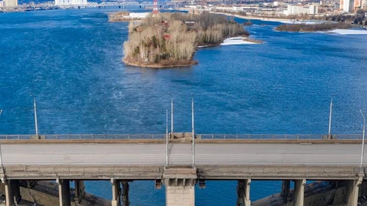Коммунальный мост, Матросова, Свободный: в Красноярске начали делать ямочный ремонт