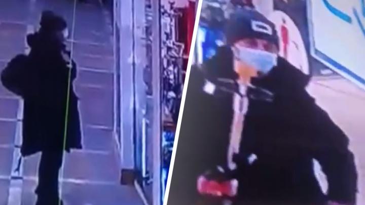 В центре Екатеринбурга наглый воришка стащил дорогой кальян и попал на видео