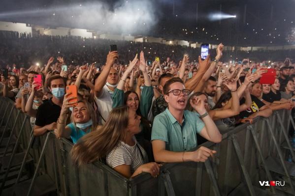 """По информации организаторов, на концерте присутствовали около <nobr class=""""_"""">30 тысяч</nobr> человек"""