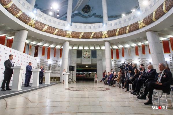 Французских гостей губернатор Андрей Бочаров встретил в триумфальном зале музея-панорамы