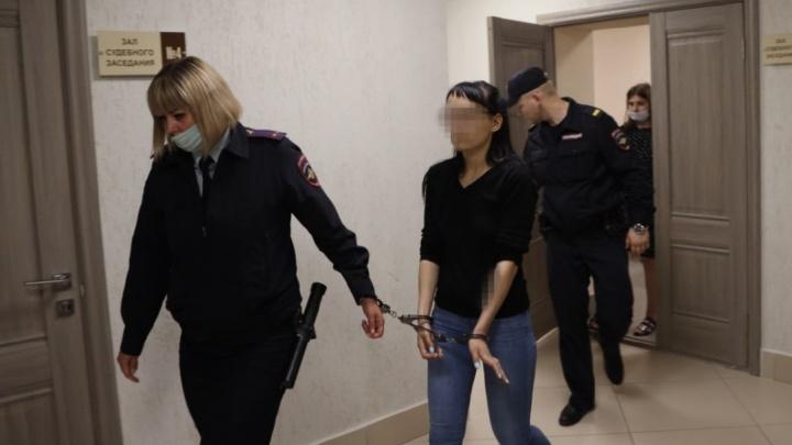 Мать, которая выбросила 3-летнюю дочь с балкона в Самаре, оставили в СИЗО