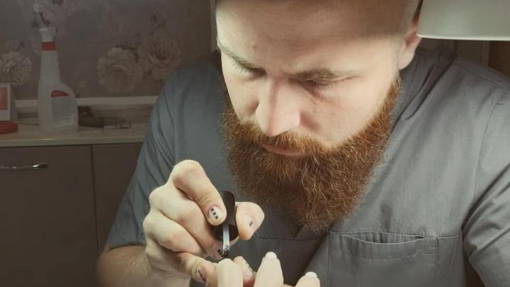 «Брутальность от накрашенных ногтей не исчезнет»: бородатый мастер маникюра из Волгограда — о пандемии и мужских ноготочках