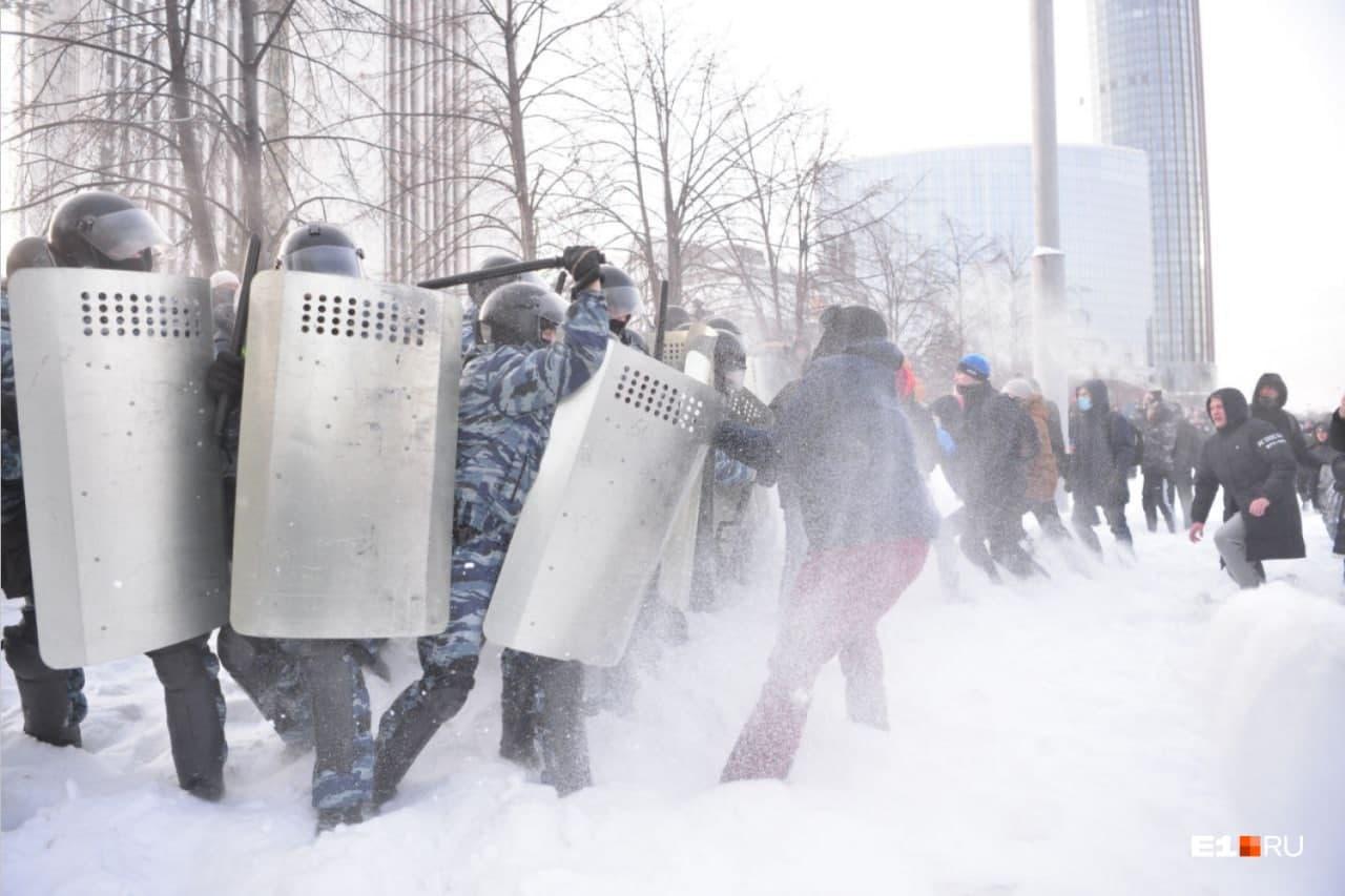 Омоновцев закидывали снежками, они отвечали дубинками