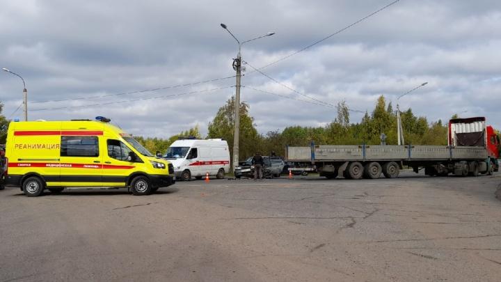 В Архангельске легковушка въехала в грузовик. Пострадали два человека
