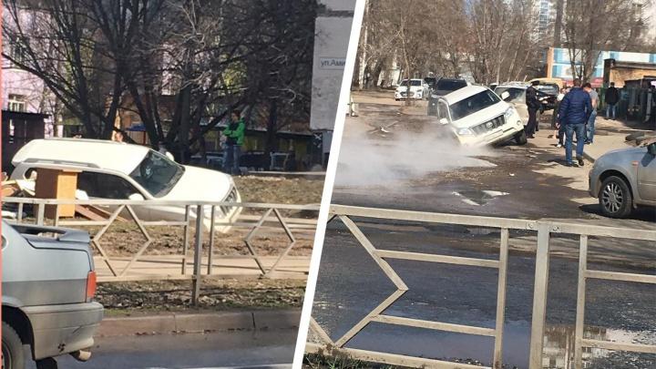 «Крузак» в ловушке: на улице Аминева образовался провал с кипятком
