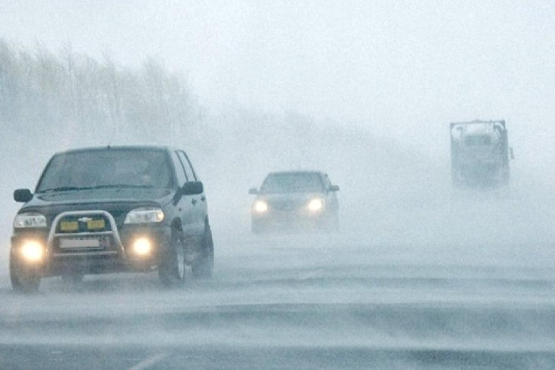 Из-за метели на дорогах практически нулевая видимость