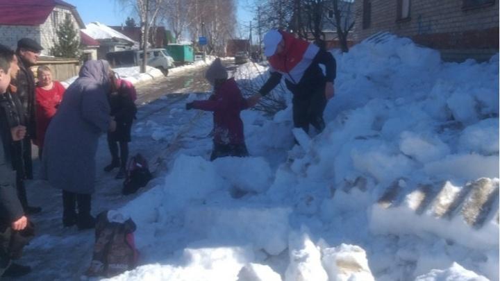 «Торчали только головы»: в Кудымкаре упавший с крыши снег завалил двух девочек