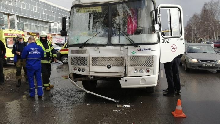 «Нас очень сильно толкнуло»: в Архангельске в аварии с двумя автобусами пострадали пассажиры