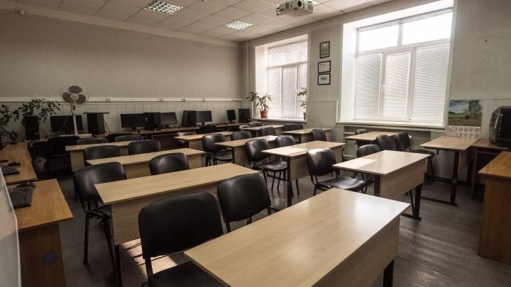 В Новосибирске по чатам пошли сообщения о готовящемся нападении стрелков на школы — что об этом говорят в полиции