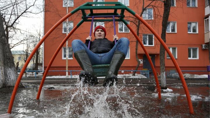 Попробуй не утонуть: гуляем в резиновых сапогах по глубоким омским лужам