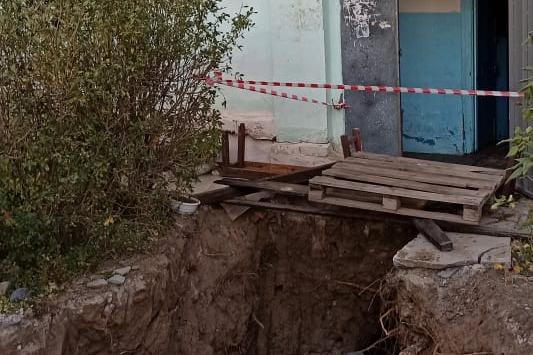 У дома № 22 по улице Краснопресненской будто что-то взорвалось