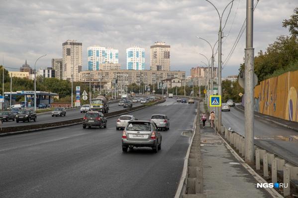 Автомобилисты уже могут ездить по новому асфальтному покрытию на участке магистрали от улицы Военной до улицы Гоголя. На остальных участках магистрали проблемы с дорожным покрытием остаются