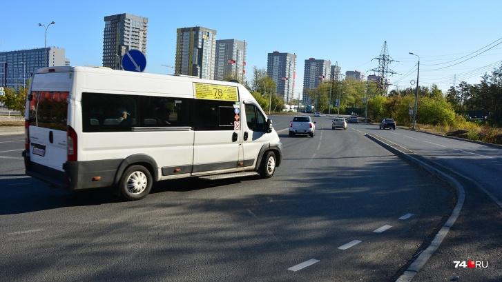 Снимок в том же направлении в месте выезда с парковки ТРК «Родник»: двухполосная дорога отделена от проезжей части улицы Мелькомбинат-2 бордюром