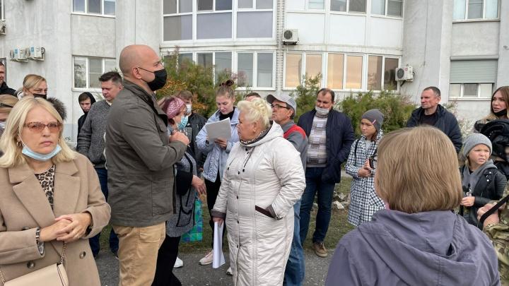 Прикрываются бытовыми услугами: в Волгограде начался митинг против строительства шиномонтажки под окнами домов