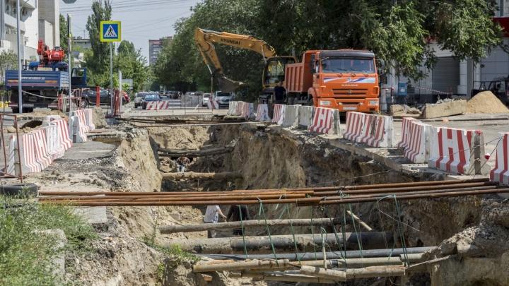 Терпите до сентября: в Волгограде вновь перекопали улицу Социалистическую