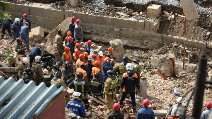 В суд передают дело об обрушении стены на Ударной, где погибли трое рабочих — кого обвиняют в трагедии