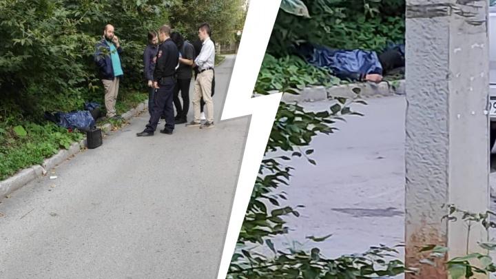 В Екатеринбурге на газоне нашли труп без обуви