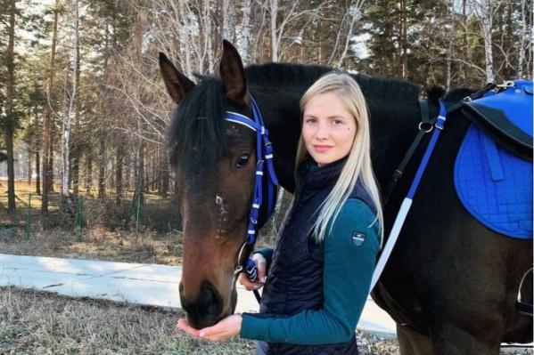 Полина вместе с лошадью приехала в Челябинскую область на соревнования, а в итоге животное сбежало