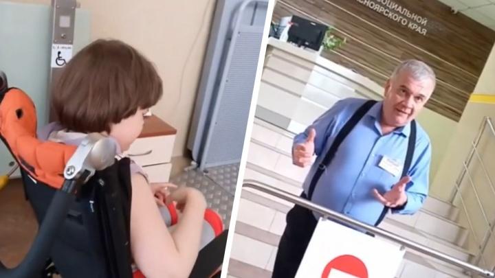 «Не по адресу пришли»: охранник Министерства соцполитики не пустил мать с ребенком-инвалидом в туалет