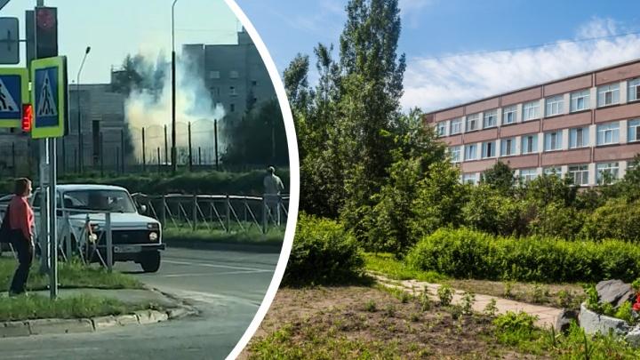 Возле лицея в Краснообске заметили клубы дыма и стрельбу. Родителям школьников пришлось забирать их с уроков