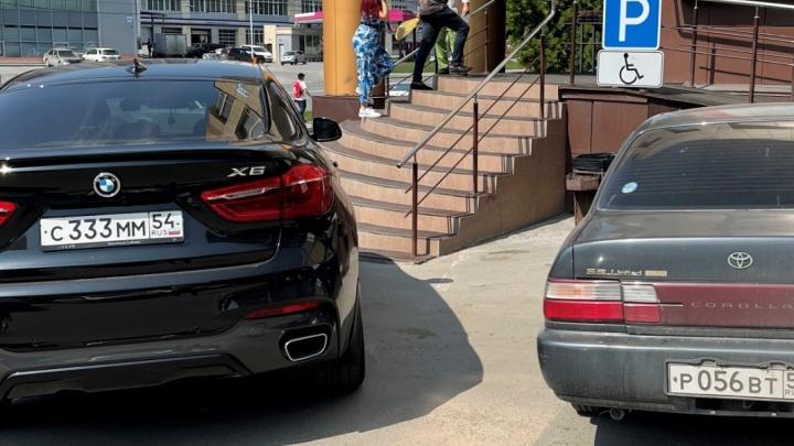 Захватчики парковок. Что устраивают жильцы во дворах со своими цепочками и как девушка на BMW X6 гоняет инвалидов