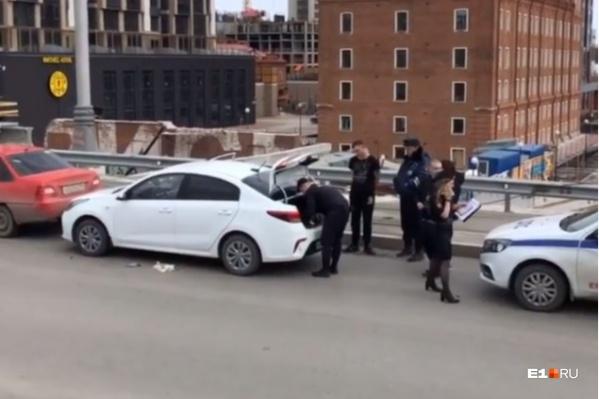 Водитель белой KIA, по словам очевидцев, вел себя неадекватно