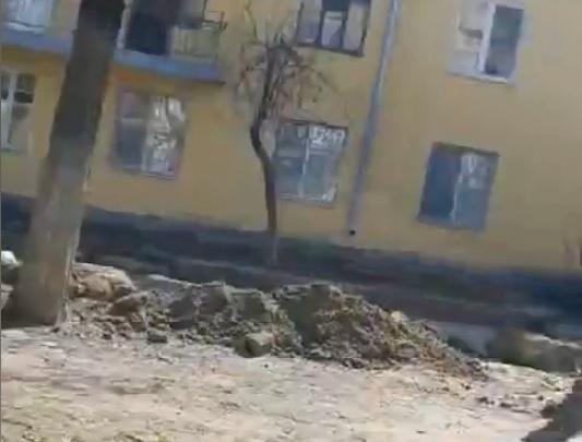 В Волгограде ломают старый бордюр на улице Социалистической