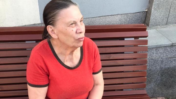«Перечисляет все районы»: в центре Екатеринбурга потерялась бабушка, которая не помнит, где живет
