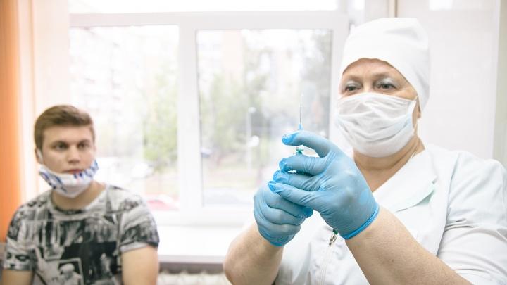 Врач посоветовал не совмещать прививки от коронавируса и гриппа