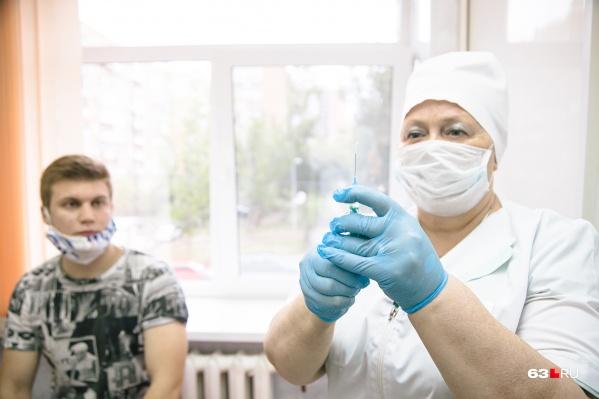В основном медики используют вакцину «Спутник V», но привозили и «ЭпиВакКорону»