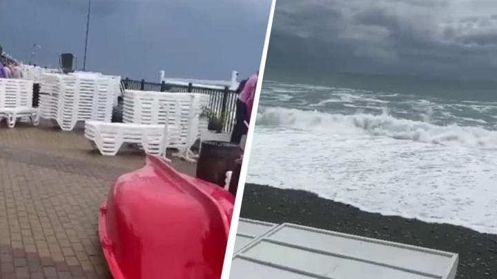 «На пляже всё повалило, песок унесло в море»: сибирячка оказалась в Сочи во время шторма