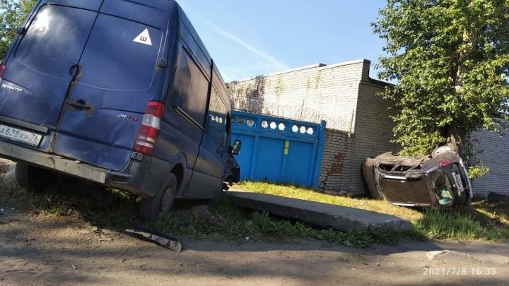 «Как они летели!»: в Ярославле обсуждают причины ДТП, в котором перевернулся внедорожник