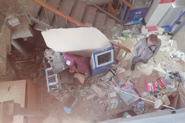 Взрыв повредил вход магазина «Кировский»