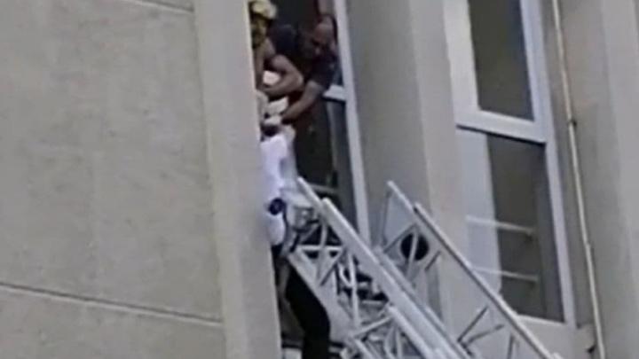 В Краснодаре вызвали спасателей к зданию Минсельхоза, из которого чуть не выпал мужчина