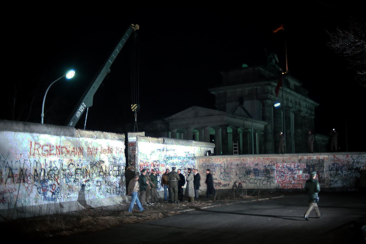 Демонтаж секции Берлинской стены возле Бранденбургских ворот, 21 декабря 1989 года