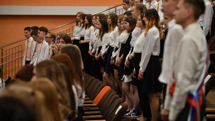 Белые блузки, далекие мечты: репортаж с последнего звонка в школе в Академическом