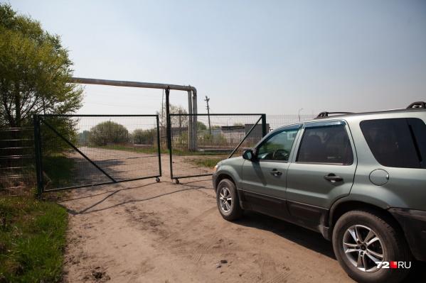 Раньше эти ворота отделяли птицефабрику от территории СНТ. Теперь они всегда закрыты
