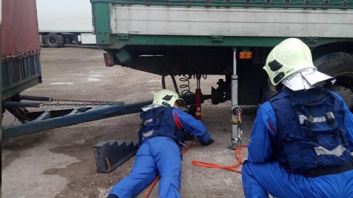В Самарской области мужчину насмерть придавило грузовиком