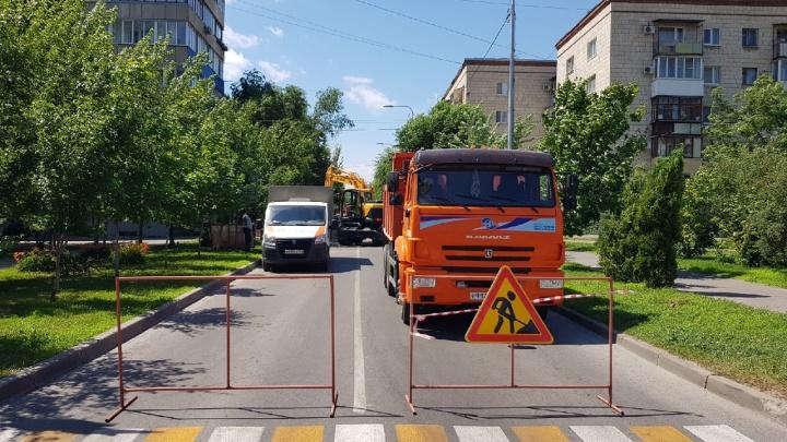 До зимы откроют: в Волгограде «Концессии теплоснабжения» полностью перекрыли улицу Советскую