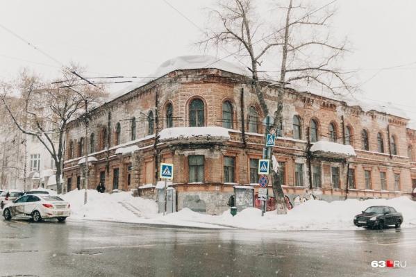 Особняк Неронова был построен в 1840 году. Считается, что с этого времени фасад здания ни разу не переделывали и сохранили в первозданном виде