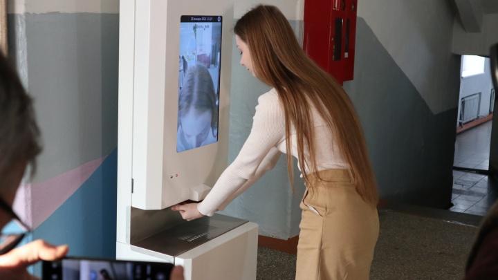 В школах Курганской области ставят технику для дезинфекции рук и измерения температуры