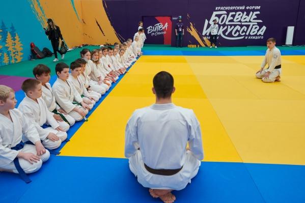 На форуме свою деятельность представляли сразу 14 краевых федераций и секций по спортивным единоборствам
