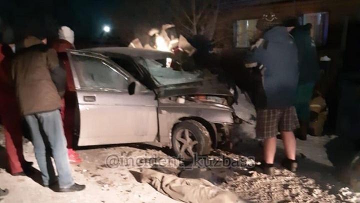 В Кузбассе столкнулись две легковушки: один человек погиб и двое сильно пострадали