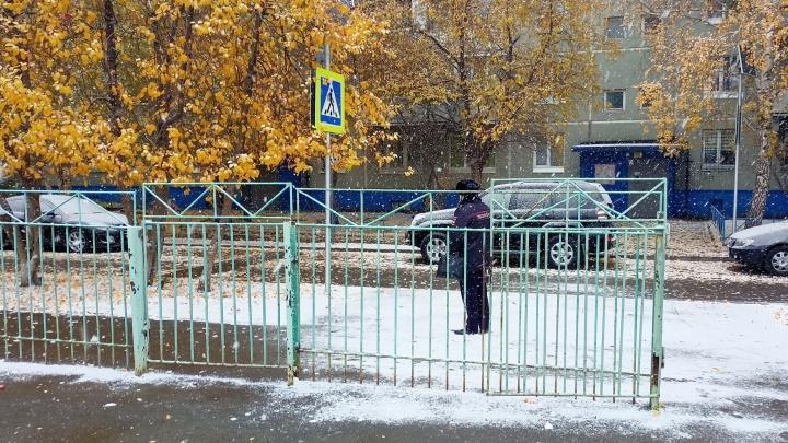 В Омске у нескольких школ заметили силовиков. Как это связано с вирусной рассылкой?