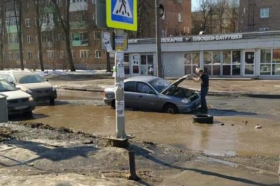 Машины застревают каждый день: власти рассказали, когда заделают гигантскую яму в Ярославле