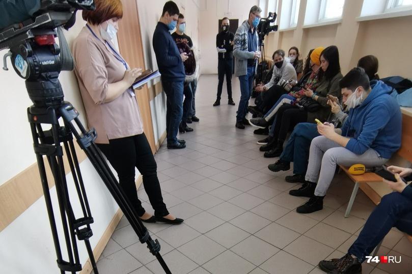 Корреспондентам остается ждать в коридоре