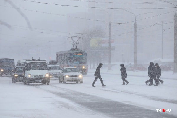 Сегодня в Челябинске резко похолодало — если в субботу шел дождь, то в воскресенье— снег. Стоило ли высаживать детей?