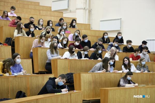 Студенты обязаны носить маски и должны стараться соблюдать социальную дистанцию