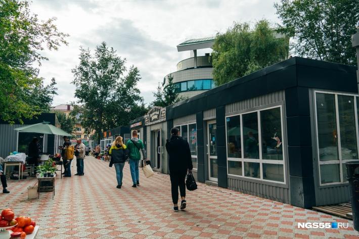 С июля за остановкой «Рабиновича» вырос еще один ряд павильонов, а разбитый асфальт сменила разноцветная плитка